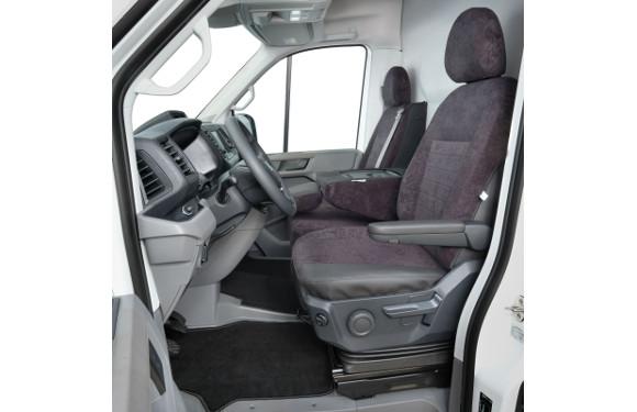 Sitzbezug in einem VW Crafter mit Beifahrer-Doppelbank mit klappbarer Lehne