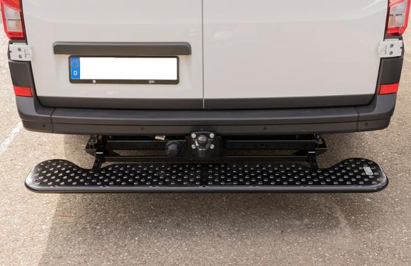 Trittstufe an einem VW Crafter mit werksseitiger Anhängerkupplung